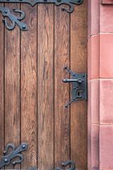 alte Holztür mit eisernen Beschlägen