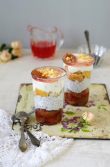 Pflaumen Mohncreme Trifle mit Bisquit