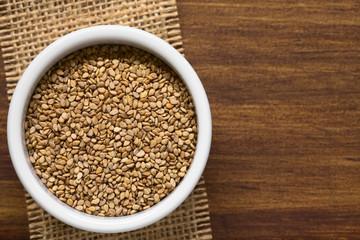 Geröstete Sesam Samen in kleiner Schüssel, fotografiert mit natürlichem Licht