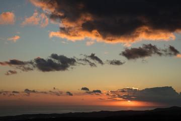 Himmel mit Wolken abends bei Sonnenuntergang