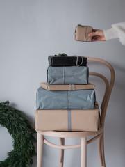 Geschenke zu Weihnachten von Frau eingepackt