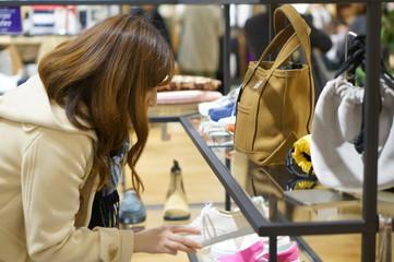 服屋で買い物をする女性