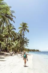 Blonde Frau am Strand von Bocas del Toro