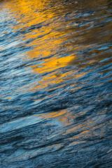 Farbiges Muster auf Wasseroberfläche