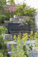Blühender Vorgarten mit Bank