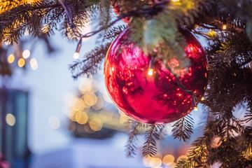 Rote Christbaumkugeln auf Christbaum/Weihnachtsbaum, Weihnachtsmarkt