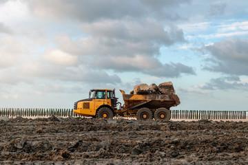 camions de chantier chargés de rochers