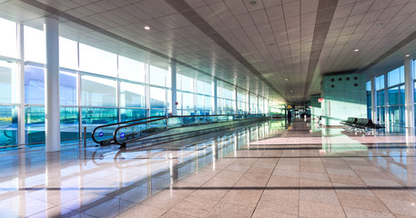 Ingelijste posters Luchthaven A wide view of empty hall of hte modern airport