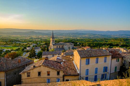 Village de Bonnieux, Provence, Luberon, France. Vue panoramique depuis le sommet du village en été. Coucher de soleil.
