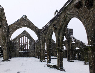 church of st thomas a becket in heptonstall in falling snow