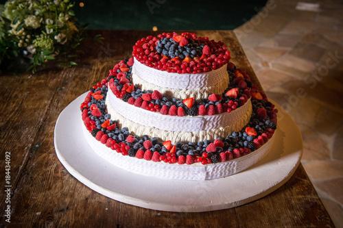 Torta matrimonio bianca a tre piani ricoperta di panna for Piani di fattoria bianca