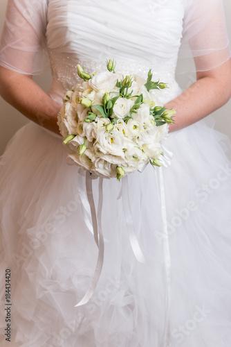 Bouquet Sposa Rose E Calle.Sposa In Abito Bianco Che Tiene Fra Le Mani Un Bouquet