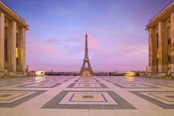 Photo sur Toile Tour Eiffel Eiffel Tower at sunrise from Trocadero Fountains in Paris