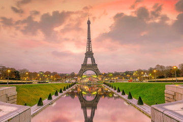 Fotomurales - Eiffel Tower at sunrise from Trocadero Fountains in Paris
