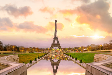 Photo sur Plexiglas Paris Eiffel Tower at sunrise from Trocadero Fountains in Paris