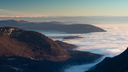 Levé du jour et mer de nuage depuis le Creux-du-van (Suisse)