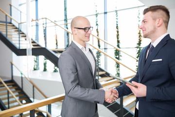 Handschlag zwischen zwei Geschäftsleuten