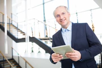 Geschäftsführer im Internet Business mit Tablet Computer