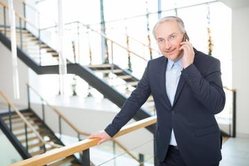Erfahrener Geschäftsmann telefoniert mit einem Handy