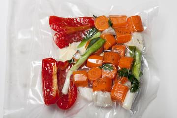 Sous-vide-Taschen mit gemischtem Gemüse