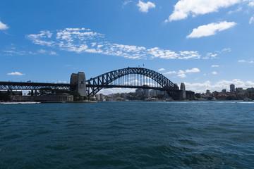 Sydney-Bridge im Hafen von Sydney mit Blick von einem Taxi-Boot