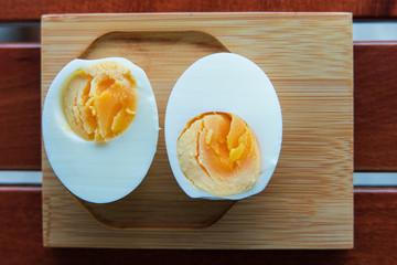 Ahşap üstünde haşlanmış yumurta
