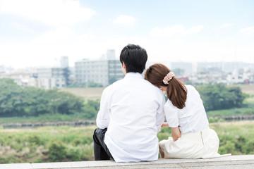 景色が綺麗な屋外で寄り添うカップル