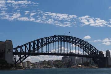 Sydney-Bridge aus Blickrichtung links unten vom Wasser aus