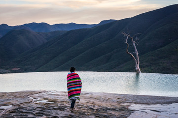 Touriste devant la piscine naturelle de Hierve el Agua