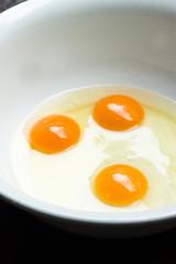 aufgeschlagene Eier in einer Schüssel zum Kochen