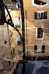 Roma, Italia. Immagine di riflessi su strada bagnata. Sampietrini 02