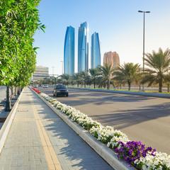 Hauptstrasse mit Skyline von Abu Dhabi