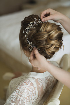 Stylist makes hair the bride