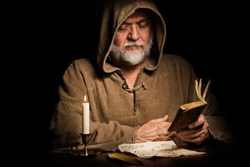 Mönch nachdenklich mit Buch