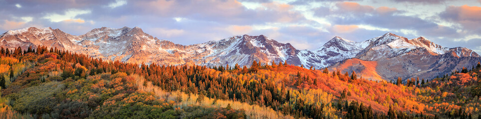 In de dag Bleke violet Fall sunrise in the Wasatch Back, Utah, USA.