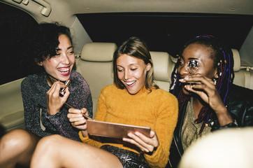 Diverse women in a backseat of a cab Fototapete