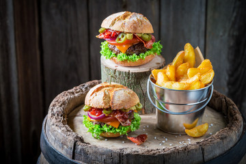 Spicy burger with onion, tomato and lettuce served with chips