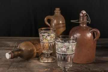 Keramik Flaschen mit alten Römer und Teegläsern