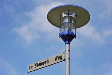 Moderne Straßenlampe vor einem Gebäude