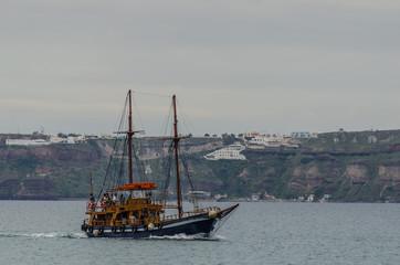 altes segelboot in santorin