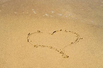 Ótimo fundo conceito de amor, coração desenhado na areia da praia