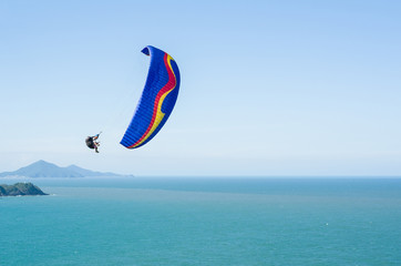 Esportistas praticando paraglider no brasil