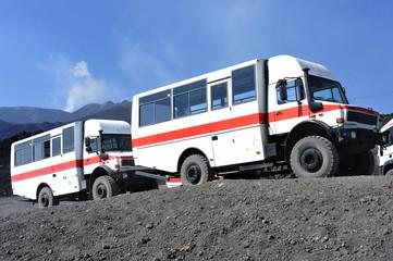 Geländegängige Exkursionsfahrzeuge werden zur  Beförderung von Touristen zur Gipfelregion des Vulkans Ätna auf Sizilien/Italien verwendet