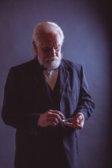 Alter Mann im Anzug