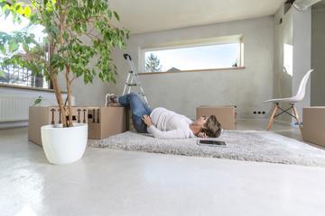 Schwangere Frau beim Einzug im neuen Haus