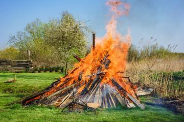 Ein Osterfeuer auf einer Wiese