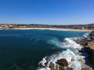 Luftaufnahme mit seitlichem Blick auf den Strand von Bondi-Beach in Sydney