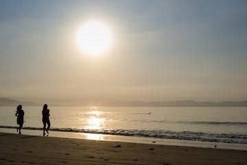 caminando en la playa