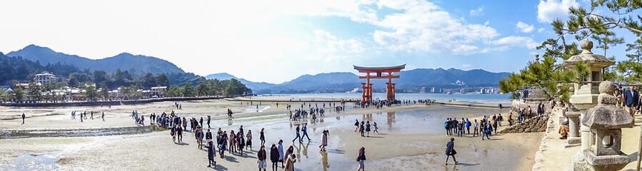 広島、宮島、世界遺産、管理区域外から見る厳島神社、大鳥居、五重塔