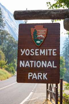 sign at entrance to Yosemite park california must see America